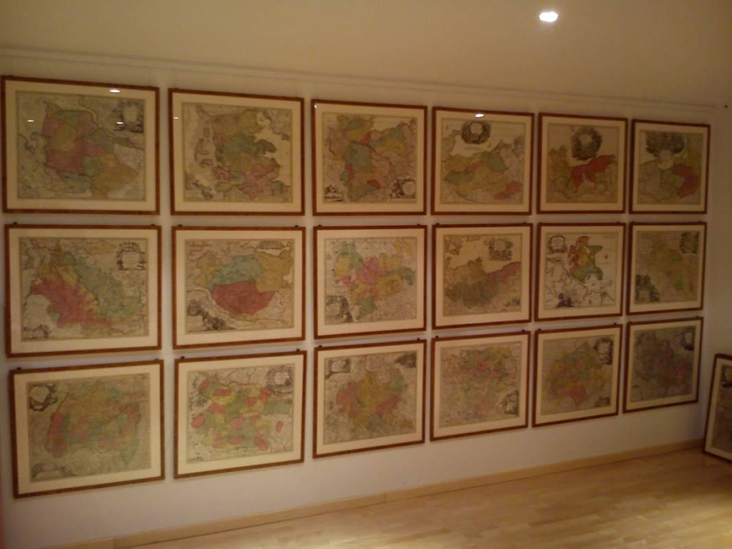 historische Karten gerahmt und beim Kunden mit Galerieschiene aufgehängt.jpg